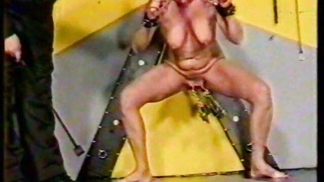 LittleTeenBB Riley se desnuda, muestra las tetas y se quita las videos hentay audio latino bragas