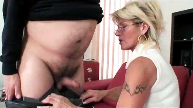 Adolescente morena Roxy Dee recibe un creampie hentai sub español porno anal