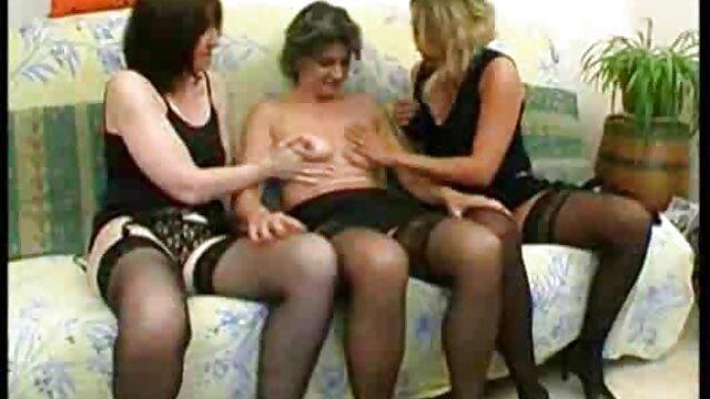 Rubia con cuerpo sexy follando su jugoso coño hentais en español
