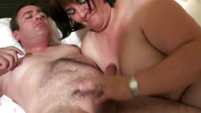 Morena de tetas pequeñas abre las piernas para su polla hentai porno en castellano larga
